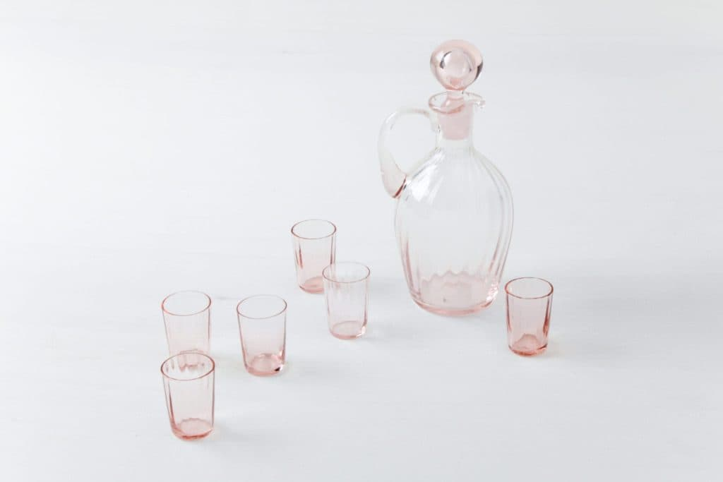 Decanter Set Nina | Ultra feminine decanter with a rosy tint and matching glasses. A real highlight. | gotvintage Rental & Event Design