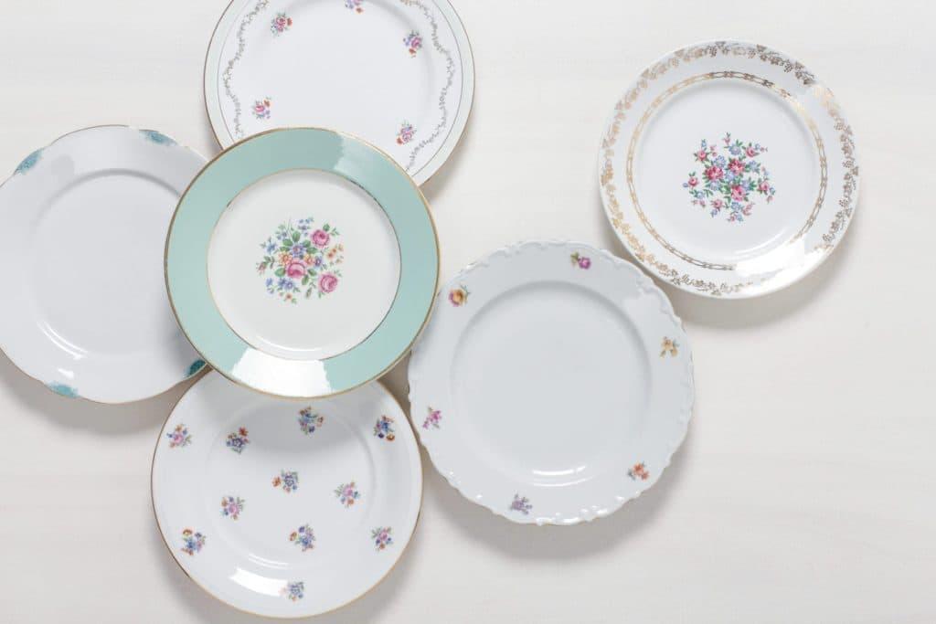 Speiseteller Carmen Mismatching Floral | Mismatching vintage Hauptspeiseteller mit Blumenmustern. | gotvintage Rental & Event Design