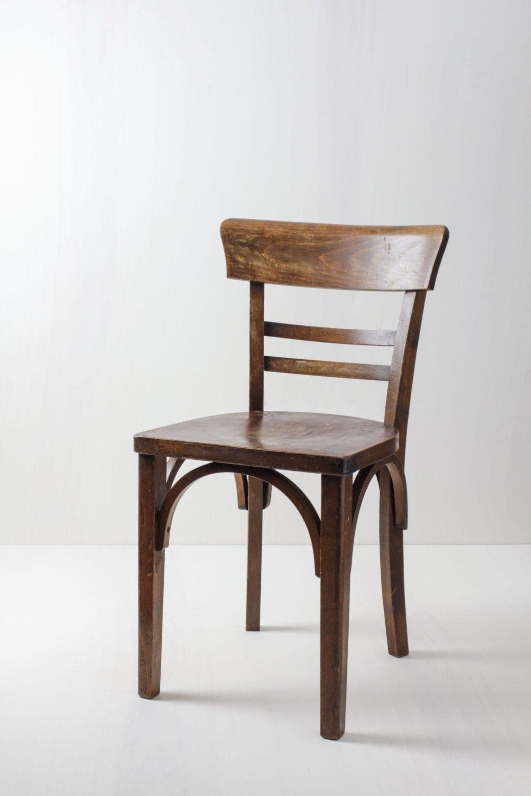 Frankfurter Stuhl Manuel | Naturholz und schöne Patina. Auf diesem Stuhl lässt es sich länger aushalten. | gotvintage Rental & Event Design