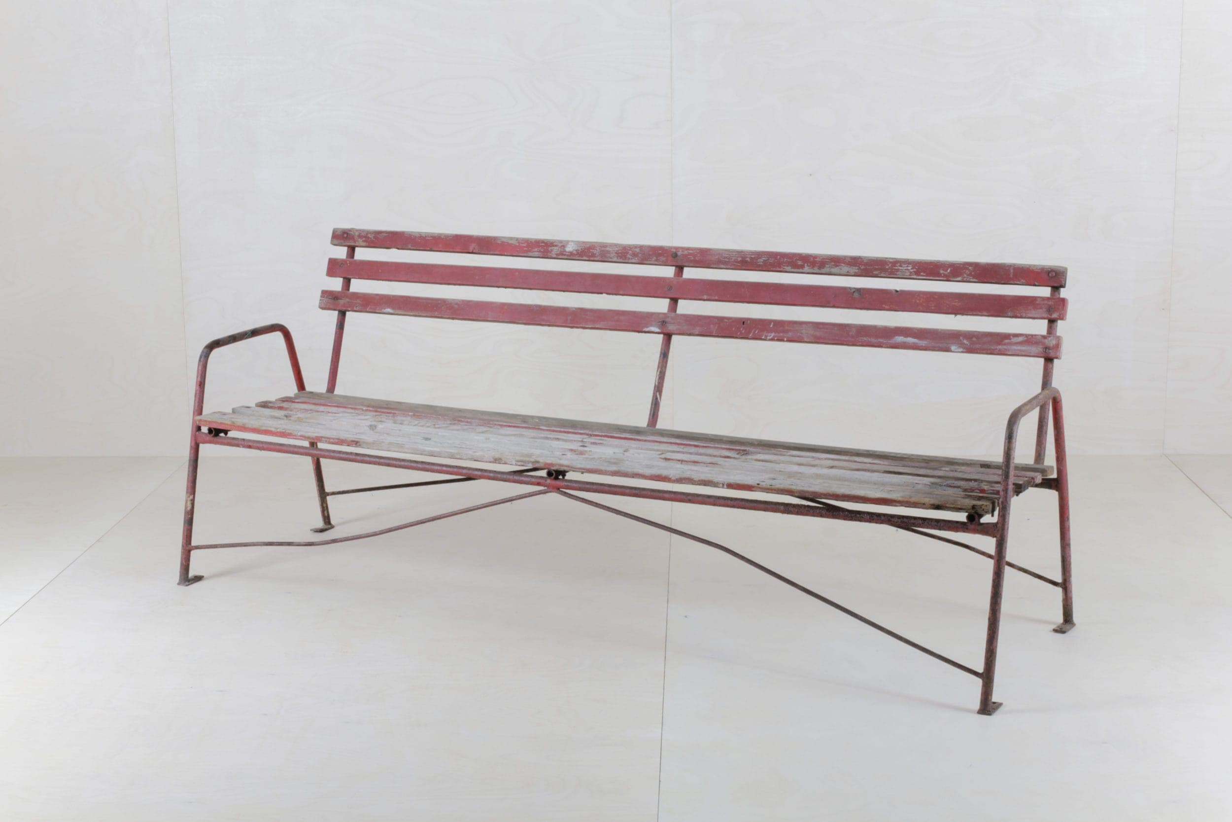 Rote Gartenbank aus Holz im vintage Stil zu mieten