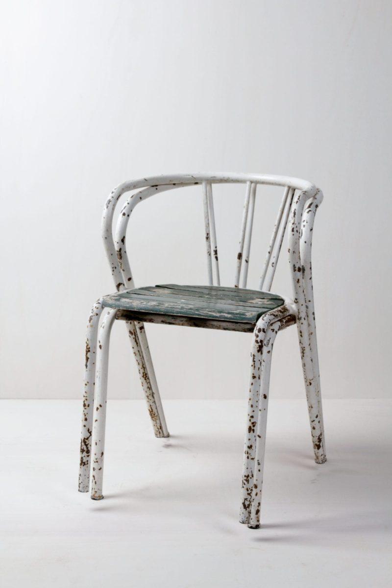 Gartenstuhl Adira | Shabby Chic Gartenstuhl mit schöner Patina. Sitzfläche aus Holz im Used Look. Super charmant als Funktionsdekoration. | gotvintage Rental & Event Design