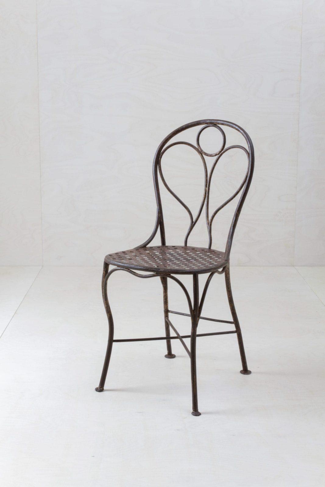 Gartenstuhl Juan | Unsere wunderschönen eisernen Gartenstühle mit eingearbeitetem Engel in der Rückenlehne datieren zurück bis circa in das Jahr 1880. | gotvintage Rental & Event Design