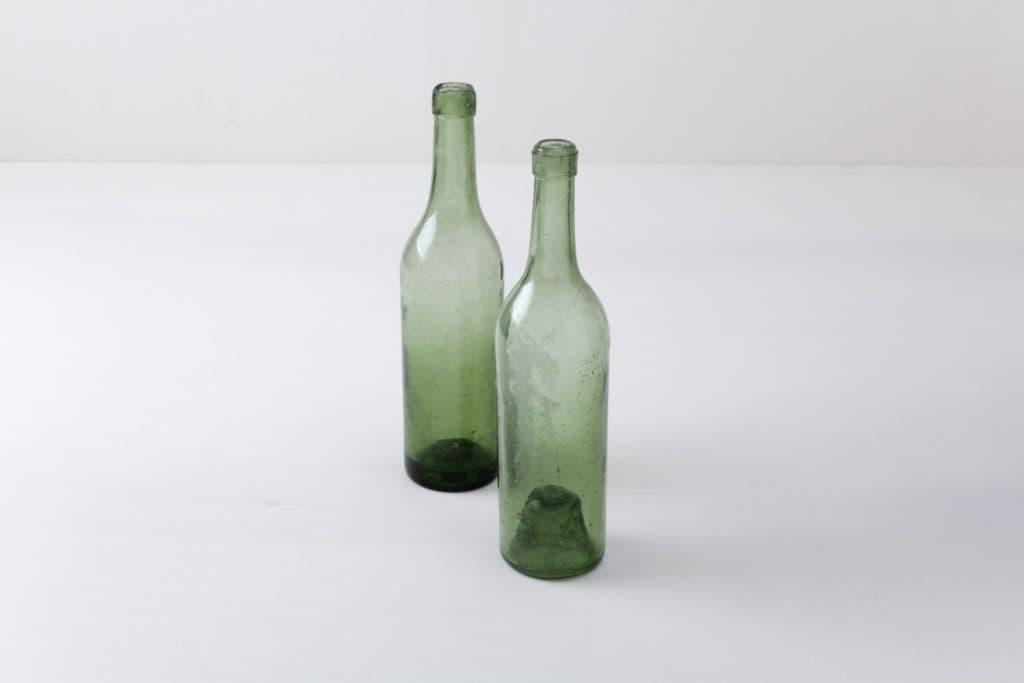 Glasflaschen Erasmo | Rare vintage Weinflaschen aus leicht grünem Glas. | gotvintage Rental & Event Design