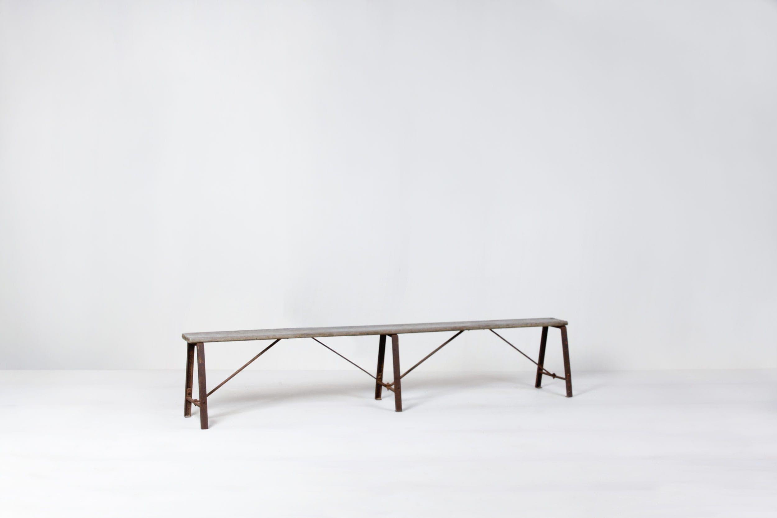 Mietmöbel aus Holz und Metall