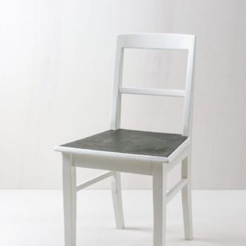 Küchenstuhl Josefina | Schlichter Küchenstuhl, graue Sitzfläche, weiß lackiert. | gotvintage Rental & Event Design