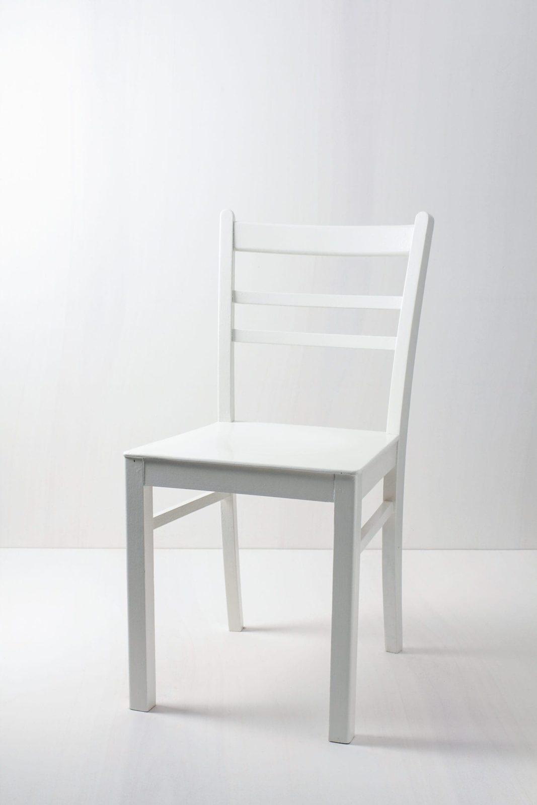 Küchenstuhl Luisa | Vintage Küchenstuhl, seidenmatt weiß lackiert. | gotvintage Rental & Event Design