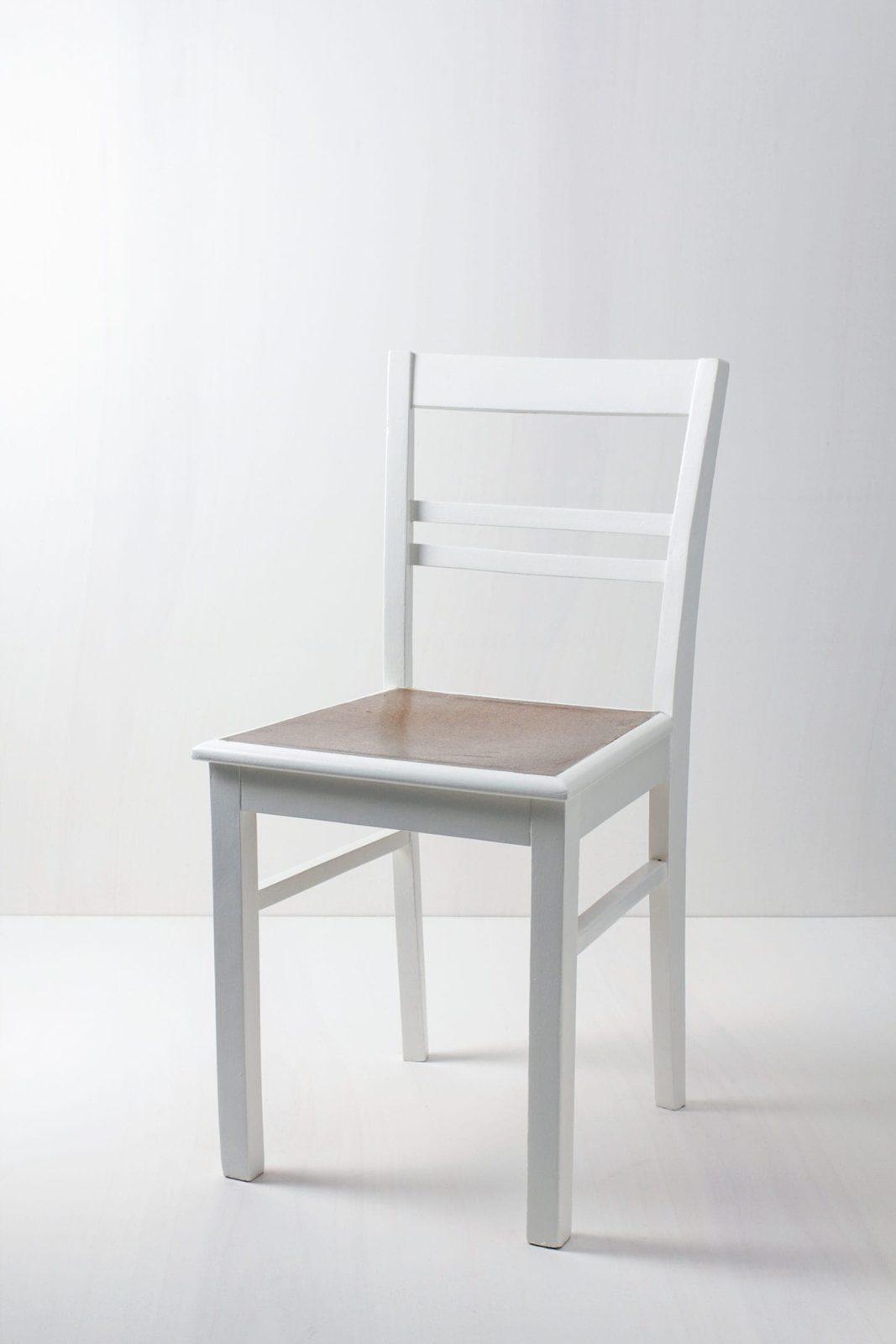 Küchenstuhl Mercedes | Vintage Küchenstuhl mit Korksitzfläche, seidenmatt weiß lackiert. | gotvintage Rental & Event Design