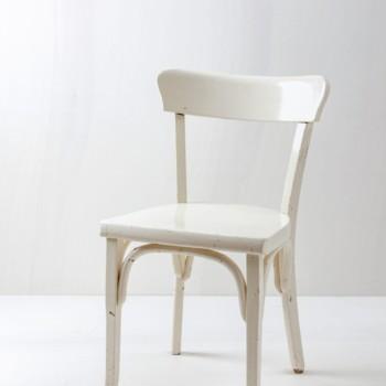 Küchenstuhl Remedios | Cremeweißer vintage Stuhl mit schöner Patina. | gotvintage Rental & Event Design