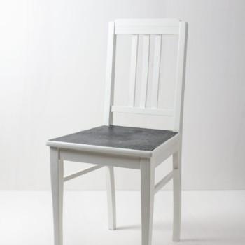 Küchenstuhl Teresa | Grau melierte Sitzfläche mit schöner Patina, seidenmatt weiß lackiert. | gotvintage Rental & Event Design