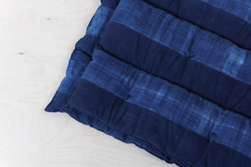 Farbe Radio Button | This soft overlay mattress covered with handwoven Indigo hand-dyed cotton originates from Guinea. For your lounge or outdoor event. |