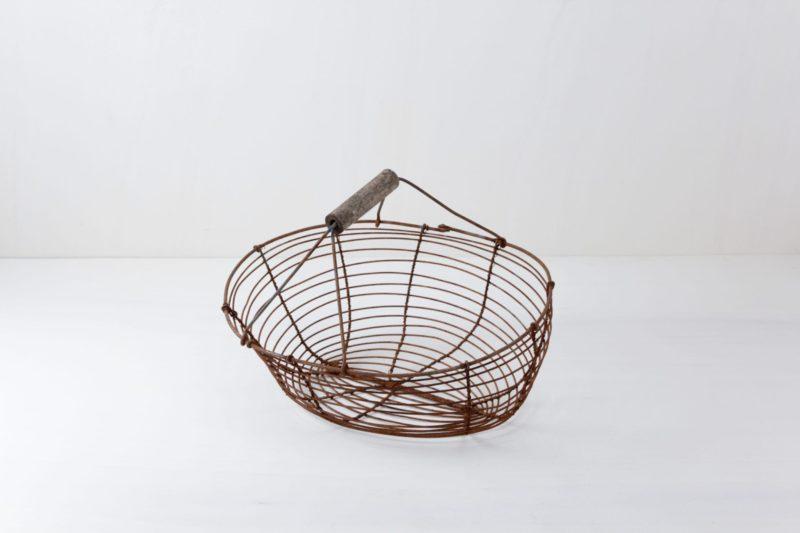 Drahtkorb Jesus | Schicker Metallkorb zum Anrichten von kleinen Geschenken. | gotvintage Rental & Event Design