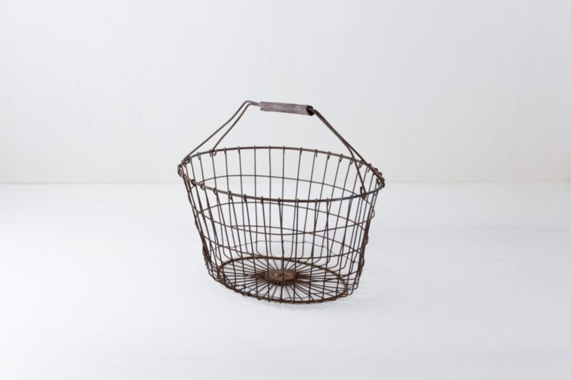 Metal Basket Meseta | Metal basket with handle. A lovely container for blankets or small gifts. | gotvintage Rental & Event Design