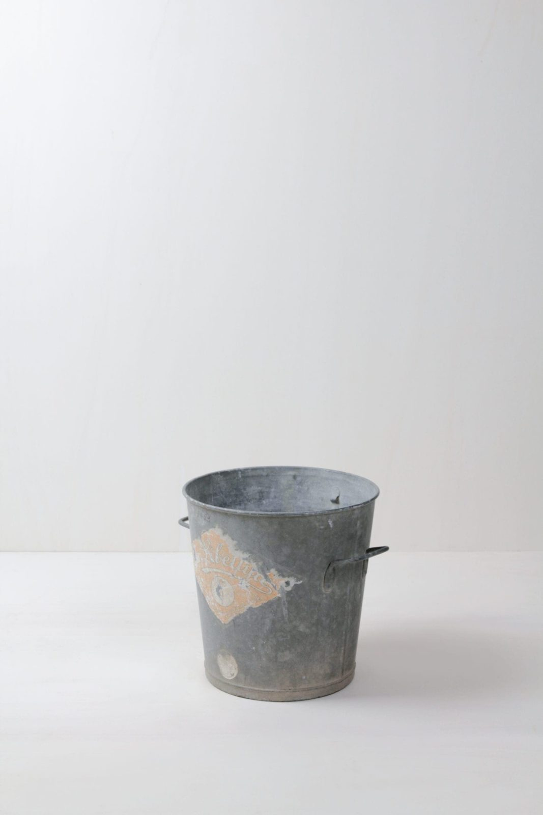 Metal Bucket Cristiano | Perfect for arranging decoration. Real patina. | gotvintage Rental & Event Design