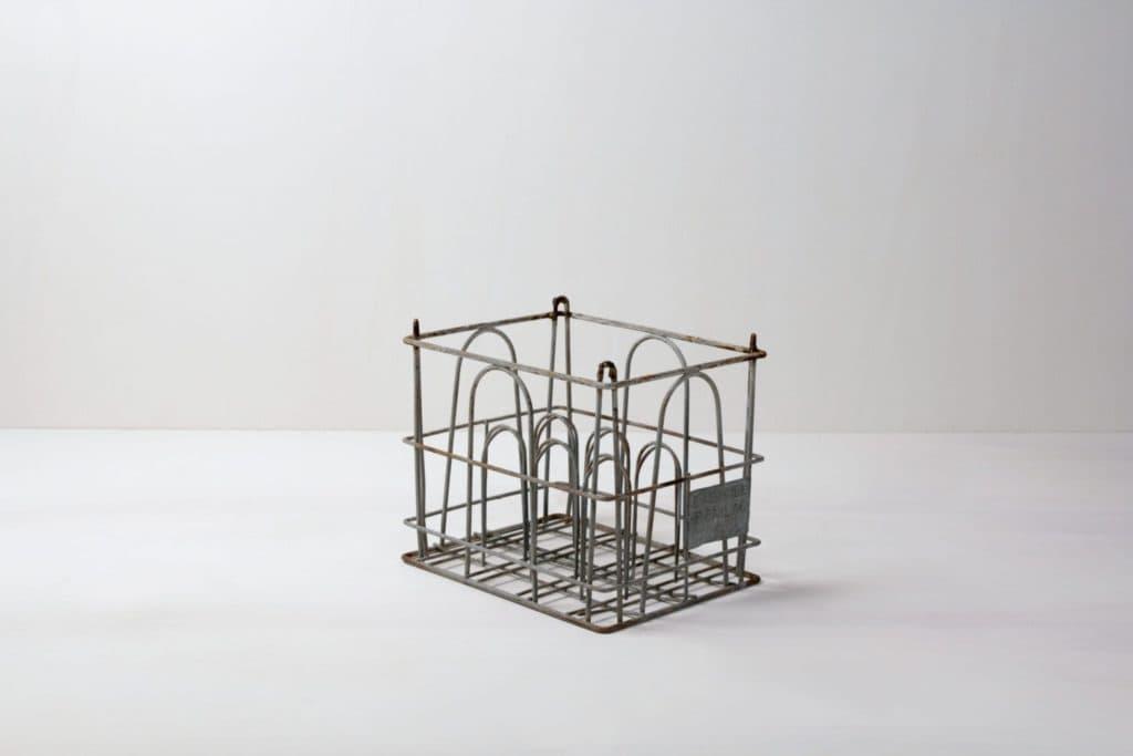 Metall Milchkiste Capitan | Vintage Milchboxen. Sehr schön, um ein großes Gitter oder eine Wand zu bauen, in der viel Platz für Dekoration ist. | gotvintage Rental & Event Design