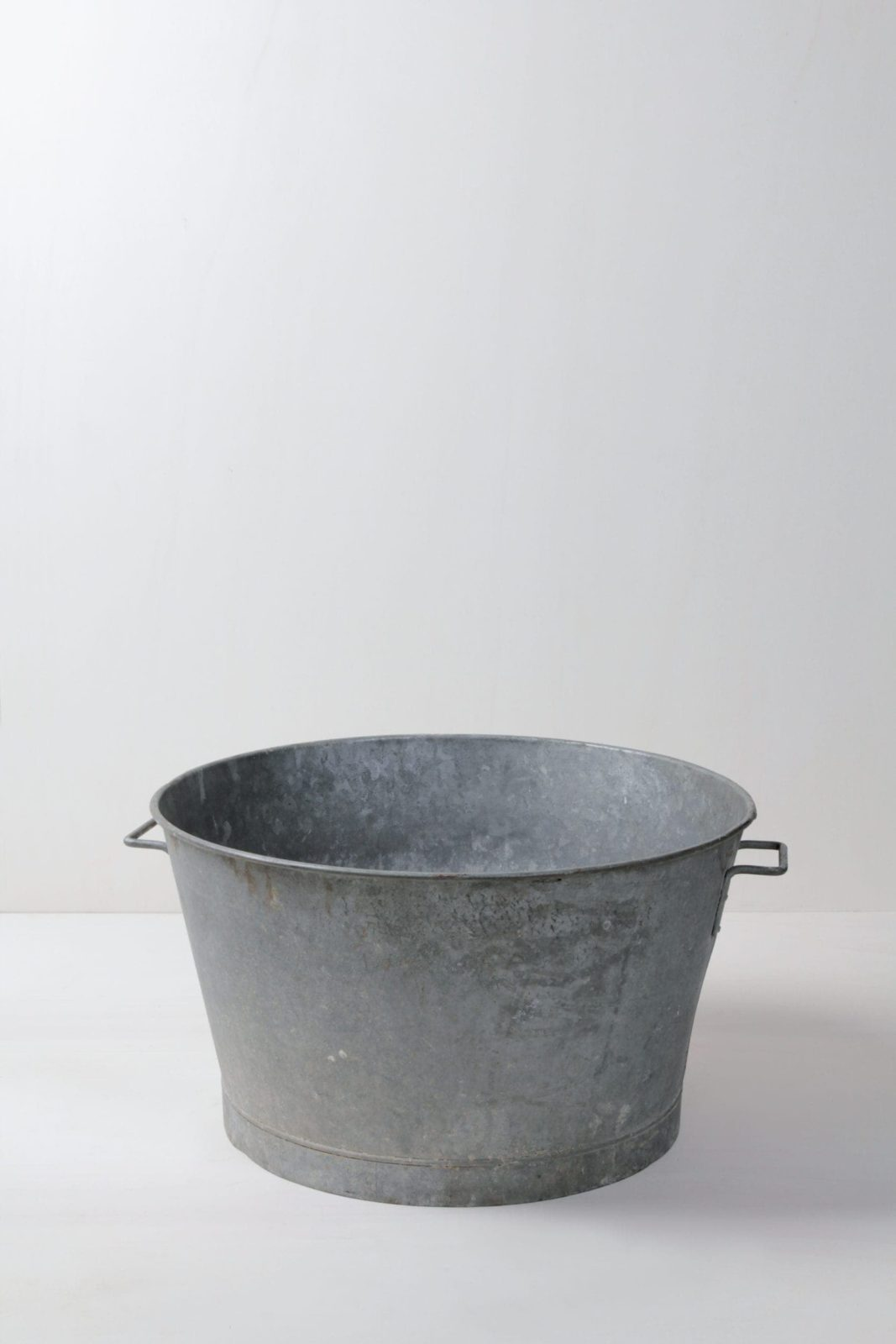 Metal Tub Ernesto | A tub made of metal, fits into a lot. Be it as decoration, for floral arrangements, ice-cold drinks or a few blankets for the guests.