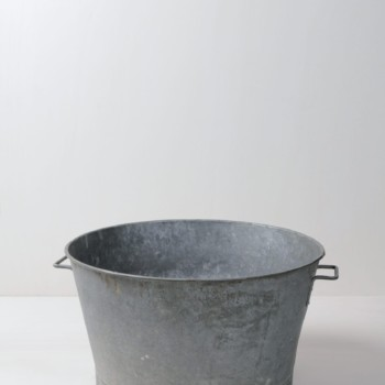 Metallwanne Ernesto | Eine Wanne aus Metall, in die eine Menge reinpasst, seien es Dekoration, Getränke oder ein paar Decken für die Gäste. | gotvintage Rental & Event Design