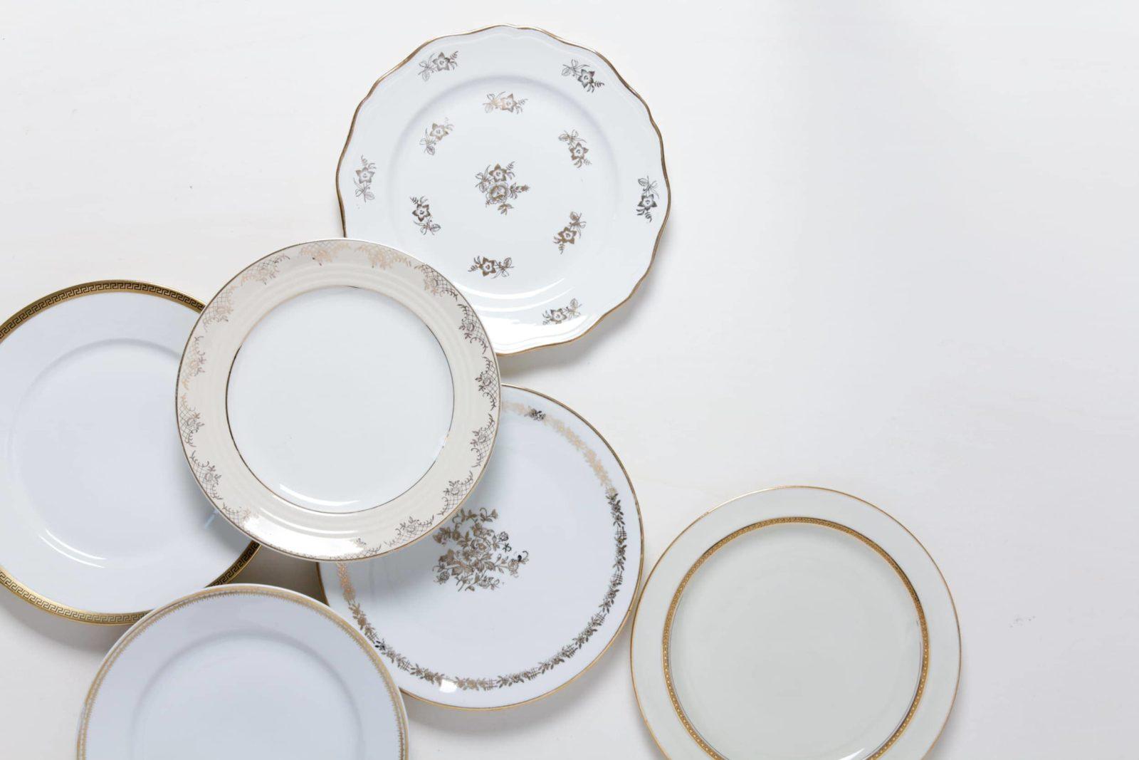 Teller mit floralen Muster und Goldrand | gotvintage Rental & Design