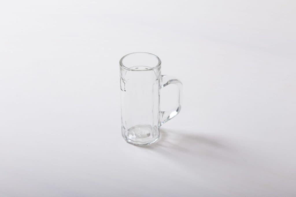 Bierkrug Ambrosio 0.2l | 1950er Jahre Glas-Bierkrüge mit Eichstrich. Robust und in großer Stückzahl vorrätig.Auch als 0,4l Krug zu haben. | gotvintage Rental & Event Design