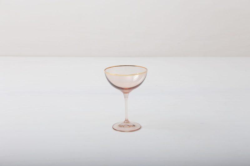 Champagnerschale Acadia Blush Goldrand 21cl | Das Champagnerglas mit Goldrand und leicht rosa gefärbtem Glas gibt jedem Dinner oder Empfang etwas Besonderes. Du kannst dieses Glas für Champagner oder für Cocktails nutzen. Natürlich kann man daraus auch einfach nur Sodawasser trinken. Die komplette Serie enthält, Wasserbecher, Weißweinglas, Rotweinglas, Sektglas, Champagnerschale. | gotvintage Rental & Event Design