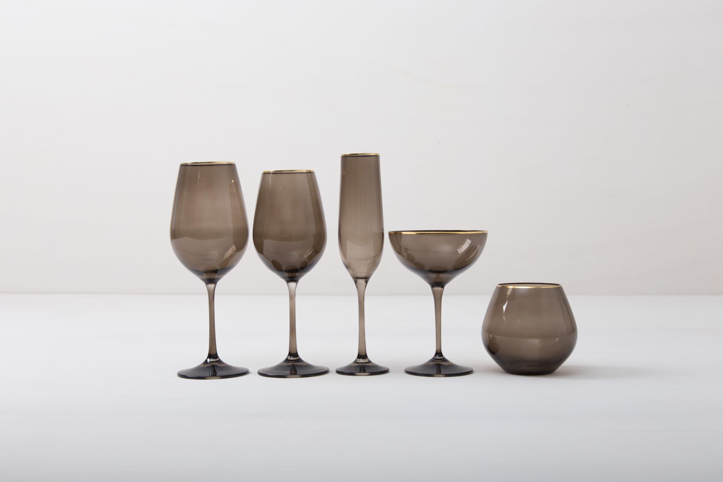 Champagnerschale Acadia Smoke Goldrand 21cl | Die Champagnerschale mit Goldrand und dem Rauchglas Look gibt jedem Dinner etwas Besonderes. Du kannst dieses Glas für Champagner oder für Cocktails nutzen. Natürlich kann man daraus auch einfach nur Sodawasser trinken. Die komplette Serie mit Rauchglaseffekt enthält, Wasserbecher, Weißweinglas, Rotweinglas, Sektglas, Champagnerschale. | gotvintage Rental & Event Design
