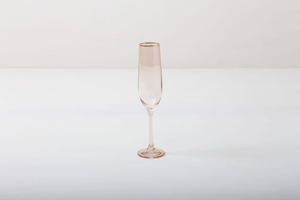 Sektglas Acadia Blush Goldrand 19cl | Das Sektglas mit Goldrand und leicht rosa gefärbtem Glas gibt jedem Dinner oder Empfang etwas Besonderes. Du kannst dieses Glas für Champagner, Sekt, Prosecco oder für Cocktails nutzen. Natürlich kann man daraus auch einfach nur Sodawasser trinken.Die komplette Serie enthält Wasserbecher, Weißweinglas, Rotweinglas, Sektglas, Champagnerschale. | gotvintage Rental & Event Design
