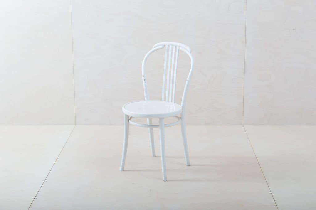 Thonet Stuhl Susana Weiß | Wunderschöne weiße Thonet Stühle mit schöner Patina. | gotvintage Rental & Event Design