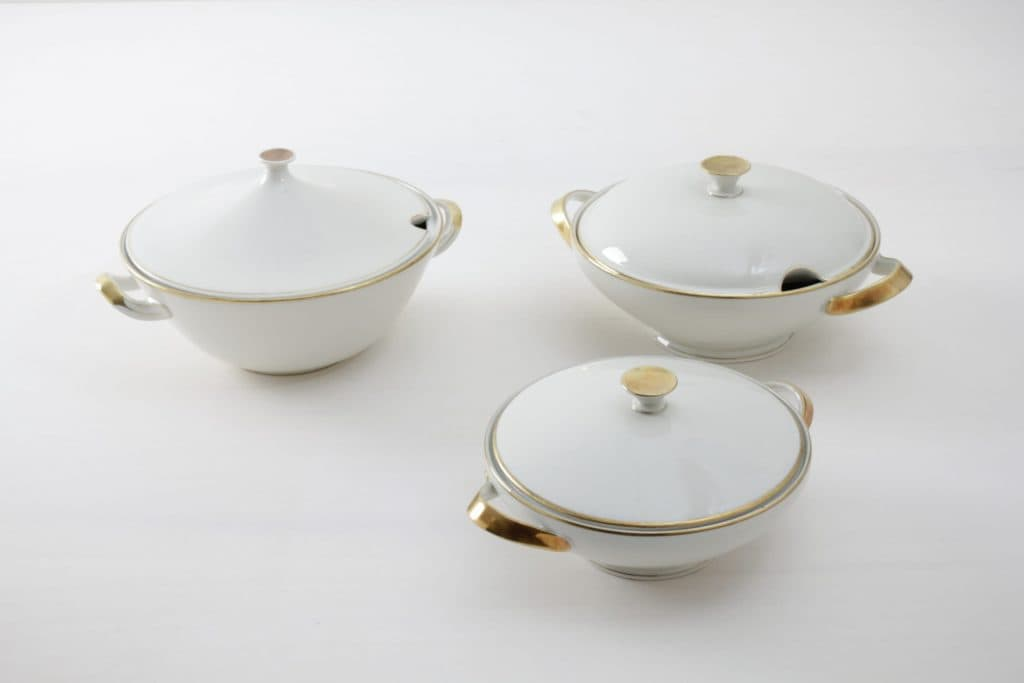 Tureen Magdalena Ivory Colored | Sitting at a long table and having dinner together is a very important part of a celebration. Family style dinners where the food is served in large, steaming bowls are especially cosy. These matching tureens are made of delicate, ivory-coloured porcelain with a fine gold rim. 