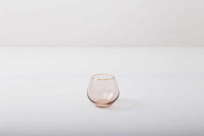 Wasserbecher Acadia Blush Goldrand 34cl | Der Wasserbecher mit Goldrand und leicht rosa gefärbtem Glas gibt jedem Dinner etwas Besonderes. Du kannst dieses Glas als Weinbecher, Wasserglas oder für Drinks nutzen. Natürlich kann man daraus auch einfach nur Sodawasser trinken. Die komplette Serie enthält, Wasserbecher, Weißweinglas, Rotweinglas, Sektglas, Champagnerschale. | gotvintage Rental & Event Design