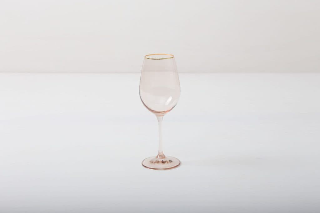 Wine Glass Acadia Blush Gold Rim 35cl | This wine glass with gold rim and slightly tinted light pink glass adds to every dinner or reception. You can use it for red wine, water or just any drink. Obviously, you can just drink water from it, too.