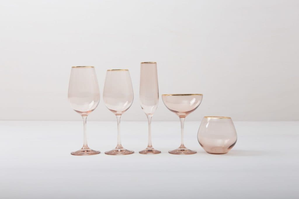 Wine Glass Acadia Blush Gold Rim 45cl | This wine glass with gold rim and slightly tinted rosé glass adds to every dinner or reception. You can use it for red wine, water or just any drink. Obviously, you can just drink water from it, too.The full set contains water tumbler, white wine glass, red wine glass, champagne flute and champagne coupe. | gotvintage Rental & Event Design