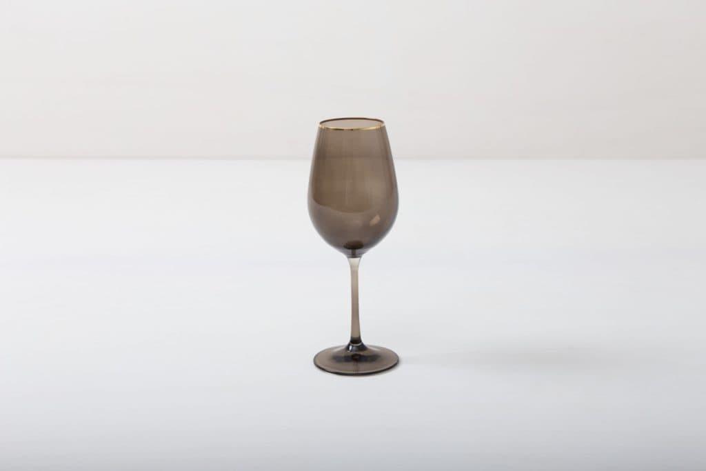 Weinglas Acadia Smoke Goldrand 35cl | Unser Weinglas mit Goldrand und dem Rauchglas Look gibt jedem Dinner etwas Besonderes. Du kannst dieses Glas als Rotweinglas, Wasserglas oder für Drinks nutzen. Natürlich kann man daraus auch einfach nur Sodawasser trinken. Die komplette Serie mit Rauchglaseffekt enthält, Wasserbecher, Weißweinglas, Rotweinglas, Sektglas, Champagnerschale. | gotvintage Rental & Event Design