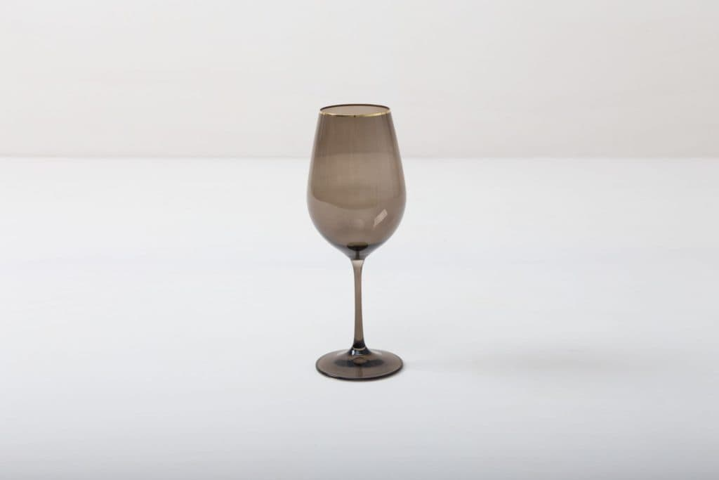 Wine Glass Acadia Smoked Gold Rim 45cl | This wine glass with gold rim and slightly smoked glass adds to every dinner or reception. You can use it for red wine, water or just any drink. Obviously, you can just drink water from it, too.