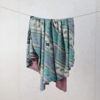 Decke Palmira | Vintage Stoffe in neue Form gebracht sind diese Baumwolldecken zum Warmhalten bei einem einem Picknick oder als Sitzunterlage für die Wiese. | gotvintage Rental & Event Design