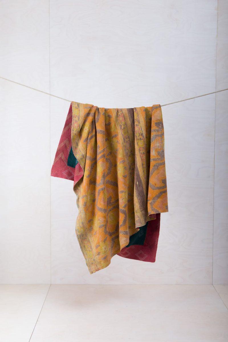 Decke Pompeya | Viele unserer bunten und einzigartigen Decken sind alte Vintage Stoffe die in neue Form gebracht wurden. Die Tolle Muster und diverse Farbkombinationen zeichnen die Decke Pompeya zur Miete aus. Die Baumwolldecken halten wunderbar warm, schmücken jedes Picknick oder dienen als wunderschöne Sitzunterlage im Garten oder während eines Kindergeburtstags. Wenn du mehrere unserer Vintage Decken mietest, kannst du einen hinreißenden Look kreieren. | gotvintage Rental & Event Design