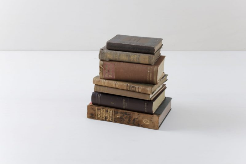 Books Leonora Vintage Brown | Make it cosy with old books. Sorted by colour, this set contains ten vintage books. | gotvintage Rental & Event Design