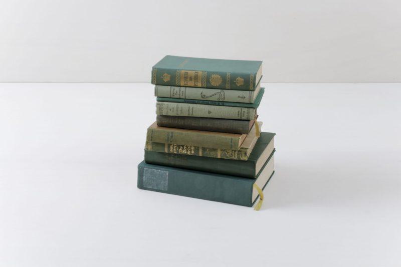 Bücher Leonora Vintage Grün | Bücher sorgen immer für eine gemütliche Atmosphäre. Warum nicht auch mal unsere vintage Bücher nach Farbschema sortieren? Ein Set besteht aus zehn Stück. | gotvintage Rental & Event Design