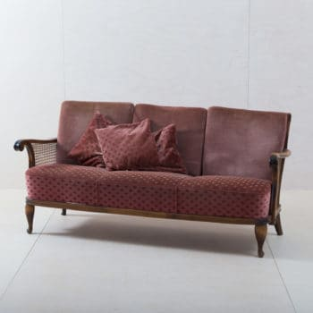 Couch Trigal | Make yourself at home! The cosy couch with velvet cover in old pink seats up to three people. Pretty cushions, decorative legs and delicate wicker give the vintage sofa a romantic look.A great eye-catcher for a cosy sitting area, the entrance area at an event or as a seating option for group photos. | gotvintage Rental & Event Design