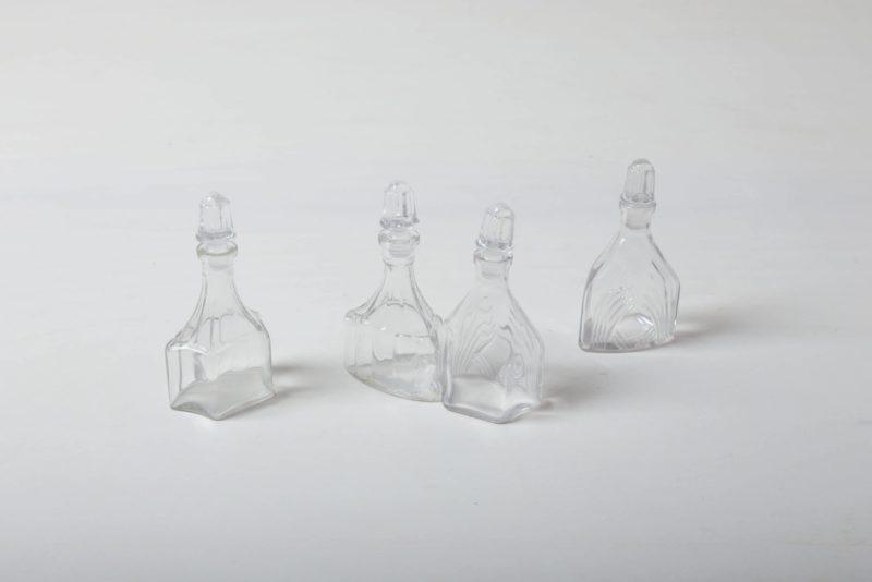 Kristallfläschchen Abital | Früher wurde in diesen romantischen Kristallkaraffen Essig und Öl serviert. In ihrem neuen Leben sehen diese kleinen Glasfläschchen immer noch toll auf dem Tisch aus, jetzt als Vase für zarte Wiesenblümchen und elegante Gräser. Egal, ob einzeln oder in Gruppen drapiert. Die Kristallfläschen passen sehr schön zu unseren anderen Kristallkaraffen und -schälchen. | gotvintage Rental & Event Design