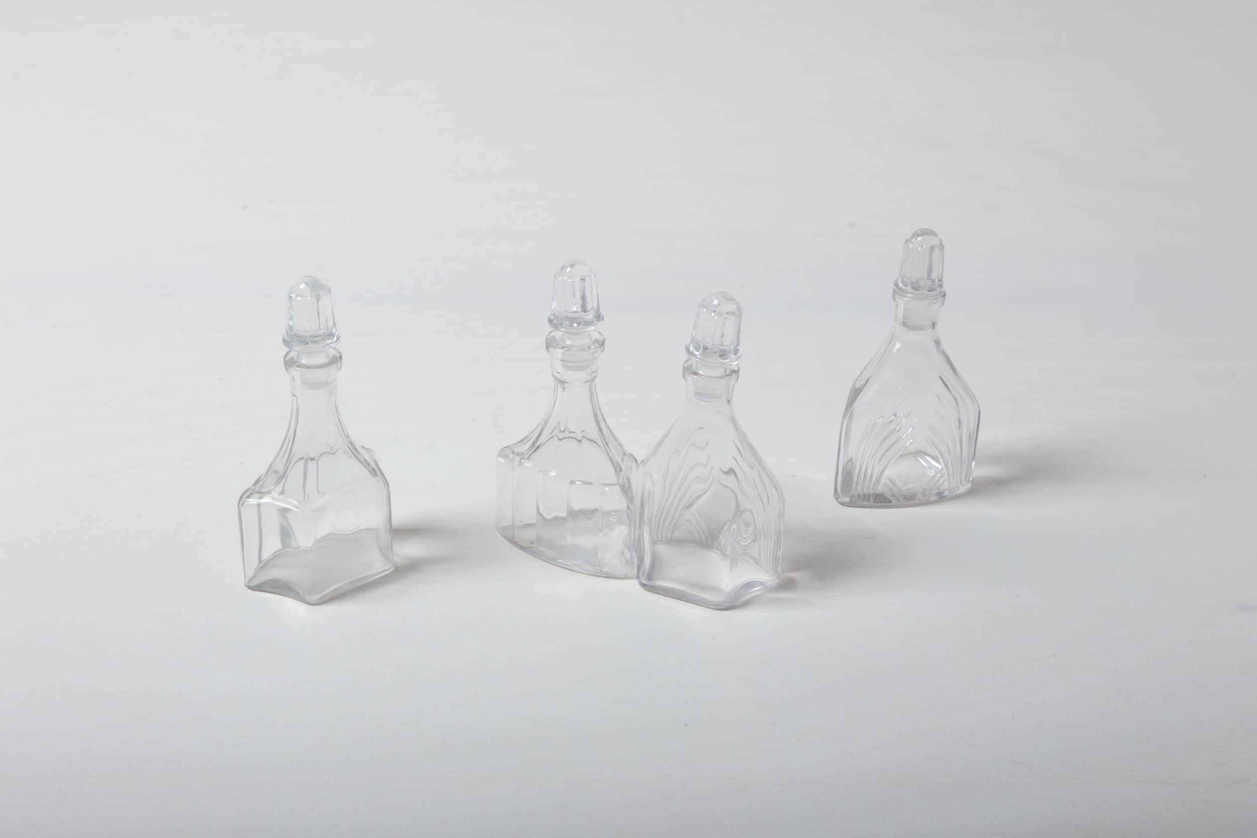 Früher wurde in diesen romantischen Kristallkaraffen Essig und Öl serviert. In ihrem neuen Leben sehen diese kleinen Glasfläschchen immer noch toll auf dem Tisch aus, jetzt als Vase für zarte Wiesenblümchen und elegante Gräser. Egal, ob einzeln oder in Gruppen drapiert. Die Kristallfläschen passen sehr schön zu unseren anderen Kristallkaraffen und -schälchen.