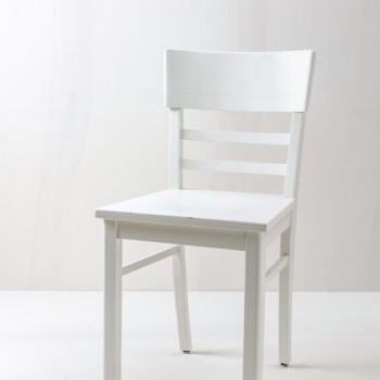 Kitchen Chair Clara | Vintage chair Clara has a satin white lacquer finish. A cosy, former kitchen chair that now decorates many different events. You want to combine different kitchen chairs? We like to rent our white kitchen chairs with a mismatching look. | gotvintage Rental & Event Design