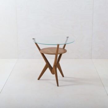 Beistelltisch Paredes | Dieser Beistelltisch ist das Highlight jede Lounge oder Sitzecke. Der runde Tisch besteht aus einem filigranen Holzgestell mit aufgelegter Glasplatte und Holzunterboden. Passend dazu bieten wir unsere liebevoll restaurierten Halabala Clubsessel in verschiedenen Farben an und die Beistelltische Nogalito und Miraflores. | gotvintage Rental & Event Design