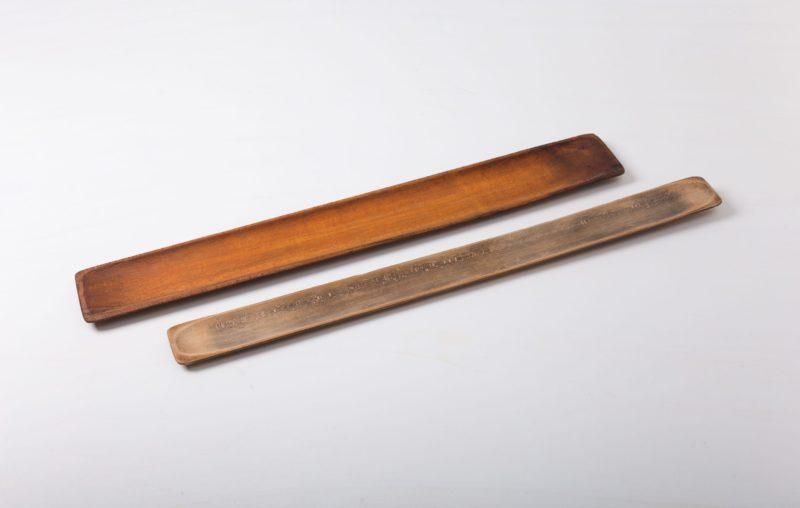 Baguette Holzbrett Colte | Frisches Baguette, das beim Schneiden verführerisch knuspert: Wie könnte es stilvoller auf den Tisch kommen, als auf diesen orignalen Holzformen aus einer alten, französischen Bäckerei. Die wundervolle Patina erzählt Geschichten von jungen Bäckergesellen, die sich ergeizig an der Herstellung des perfekten Brotes geübt haben. Heute sind die Bretter wunderbar zum Servieren von Baguette oder aber als Element in der Blumendekoration geeignet. Unsere antiken Weinkisten, Sackleinenkissen und Lederkoffer passen perfekt zu diesem Look. | gotvintage Rental & Event Design