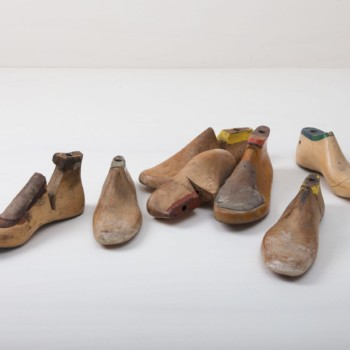 Cobbler's Shoe Last Fortin Wood Vintage | A real eye-catcher are these original cobbler's mouldings, which can be used wonderfully for decoration. We rent out the wooden cobbler´s shoe last in various sizes. | gotvintage Rental & Event Design