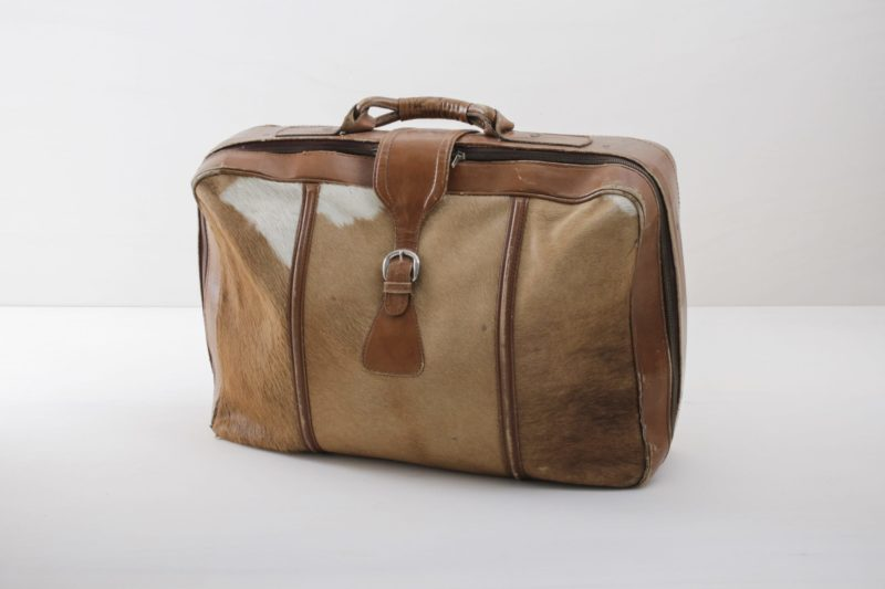 This vintage suitcase is something really very special: it was carefully made in Argentina from real cow suede. A unique piece that is perfect as a crowning highlight on a decorative stack of suitcases. We offer a range of vintage suitcases in different styles, materials and colours to match.