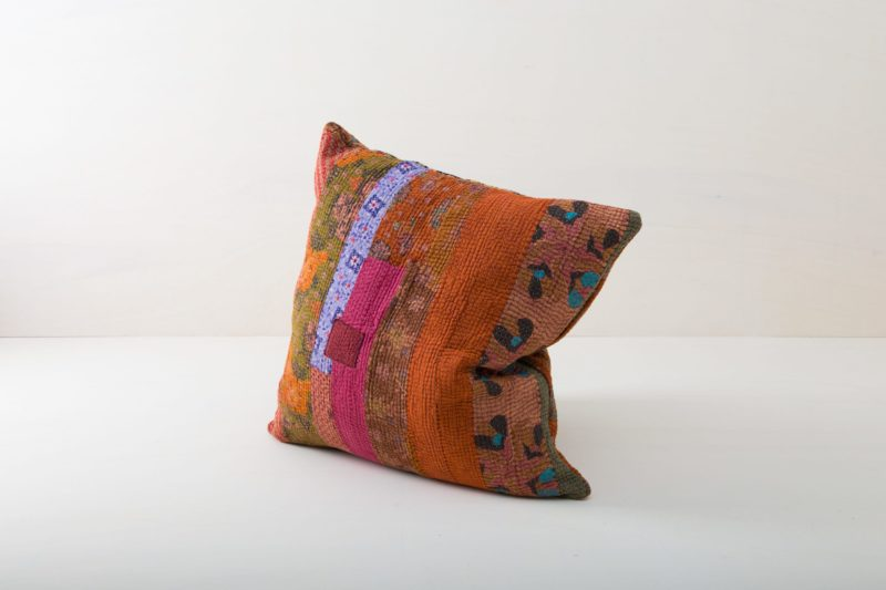 Pillow Baritu 60x60 | Cuddly pillows are essential for a really cosy mood. Whether it's at a garden picnic on oriental carpets, on a vintage sofa, on an elegant wicker chair in a lounge area or in the cosy hammock, our comfortable, colourful cushions are always the perfect finishing touch.From the happy spring wedding to the atmospheric Christmas party, we offer many beautiful cushion styles that match every occasion. Simply choose the right colours and sizes and spread the pillows and joy! | gotvintage Rental & Event Design