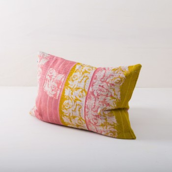 Pillow Chamical 40x60 | Cuddly cushions never fail to bring a cosy mood to event furnishings. Whether it's at a garden picnic on oriental carpets, on a vintage sofa, on an elegant armchair in a lounge area or in a romantic hammock, our comfortable, orange-yellow cushions are always the icing on the cake. From the atmospheric summer wedding to the festive Christmas party, we offer many beautiful pillow styles that match every occasion. Simply choose the right colours and sizes and spread the cushions and joy! | gotvintage Rental & Event Design