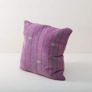 Pillow Mistol 60x60 | Whether it's at a garden picnic on oriental carpets, on a stylish vintage sofa, a classy wicker chair in a lounge area or in a romantic billowing hammock, our comfortable, purple cushions are always the icing on the cake. Cuddly pillows to rent are an essential part for giving a cosy feel to any event. From the atmospheric spring wedding to chimney-crackling Christmas festivities, we offer many beautiful pillow styles that match every occasion. Simply choose the right colours and sizes and spread cushions and joy! | gotvintage Rental & Event Design