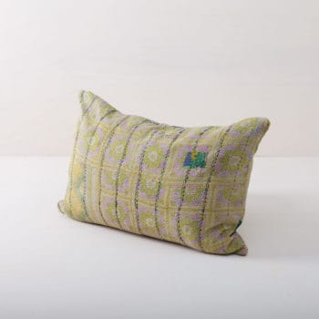 Kissen Piul 40x60 | Mit kuscheligen Kissen wird es so richtig gemütlich. Egal, ob beim Garten-Picknick auf orientalischen Teppichen, als feine Ergänzung auf dem vintage Sofa, im eleganten Korbstuhl in einer Lounge-Ecke oder in der romantischen Hängematte: Unsere behaglichen, grün-gelben Kissen sind das I-Tüpfelchen für jedes Setting.Von der stimmungsvollen Frühlingshochzeit bis zur kaminknisternden Weihnachtsfeier bieten wir viele schöne Kissen-Styles an. Einfach die passenden Farben und Größen auswählen und großzügig verteilen! | gotvintage Rental & Event Design