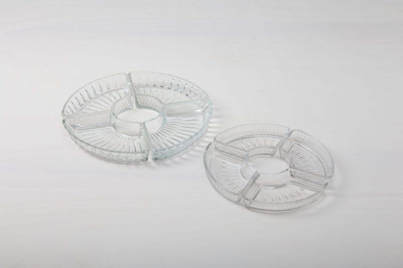 Glasschälchen Beatrisa | Diese zarten, trapezförmigen Pressglasschälchen ergeben zusammengestellt einen dekorativen Kreis, in dem sich die leckersten Snacks, ob süß oder salzig, hervorragend präsentieren. Ob auf einer Hochzeit oder Weihnachtsfeier, aus den Schälchen schmecken kleine Pralinen, Bonbons, Nüsse oder Oliven immer  besonders köstlich. Die Kristallschalen machen sich auf dem Barwagen, einer langen Tafel oder der Candy-Bar gleichermaßen gut. Schön dazu sind unsere Kristallkaraffen und anderen Schälchen im Vintage-Kristall-Stil. | gotvintage Rental & Event Design