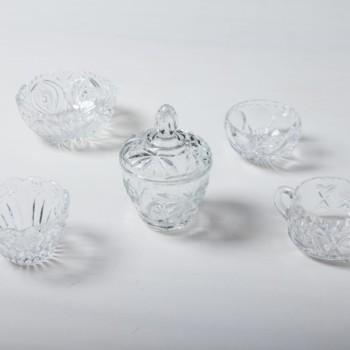 Unsere Zuckerdosen aus funkelndem Kristallglas und mit raffinierten Verzierungen sind auf der Kaffeetafel ein wunderschöner Hingucker. Sie eignen sich nicht nur perfekt für losen und Würfelzucker, sondern auch für kleine Süßigkeiten wie Schoko-Mokkabohnen, Pralinen oder Macarons. Zu den Zuckerdosen bieten wir passende Milch- und Sahnekännchen und außerdem Vasen und Schalen aus Kristallglas an.